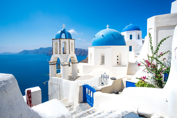 Fotobehang Santorini Scenic view of white houses and blue domes on Santorini