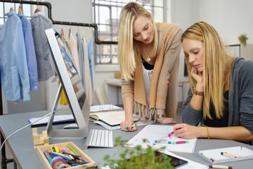 kreative frauen arbeiten in einem atelier für modedesign