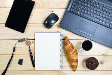 Laptop i akcesoria na drewnianym stole