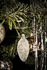 Transparente Christbaumkugel in Zapfenform mit Frosteffekt am Weihnachtsbaum