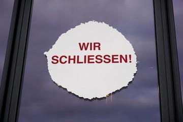 Hinweis an einem Schaufenster in Köln