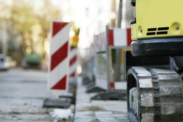 Bagger und Baustellenschild auf Baustelle