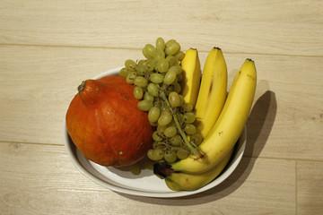 ваза с фруктами и тыквой