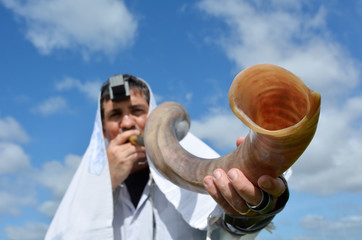 Jewish man blow Shofar
