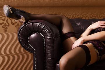 sinnliches erotisches Spiel einer Frau in Dessous