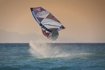 Sprung beim Windsurfen in Rhodos, Griechenland