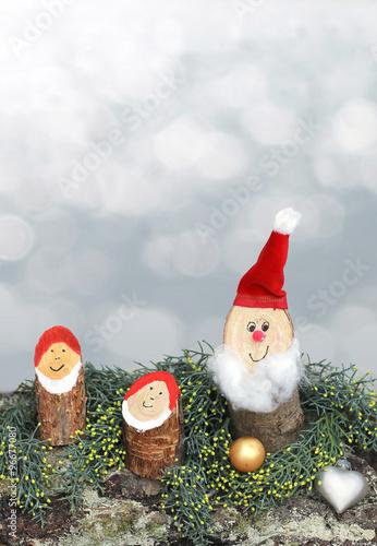Weihnachtsdeko Rinde.Nikolauszwerge Auf Baumrinde Mit Weihnachtsdeko Und Freifläche