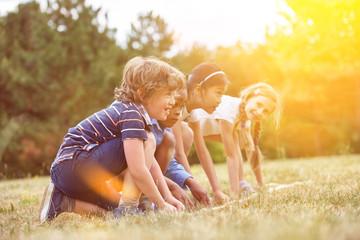 Gruppe Kinder beim Wettlaufen am Start