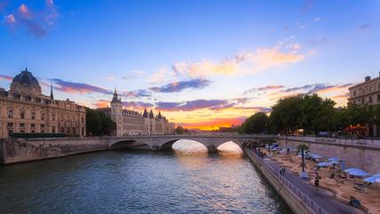 coucher de soleil sur la Conciergerie de Paris