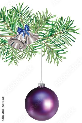 Boule de Noël violette suspendue à une branche de sapin\