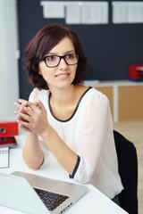 freundliche geschäftsfrau im büro hört jemandem zu