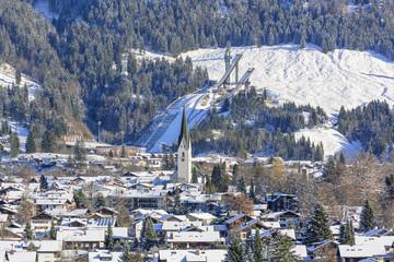 Fototapete - Blick auf Oberstdorf und die Schattenbergschanze