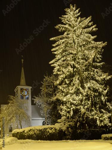 weihnachtsbaum mit kirche f llanden stockfotos und. Black Bedroom Furniture Sets. Home Design Ideas