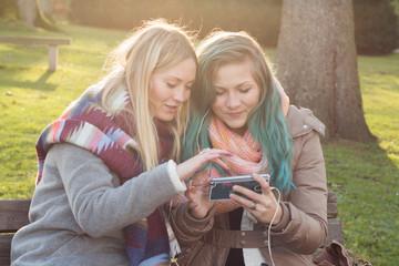 Freundin zeigt Video auf Smartphone