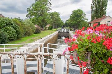 Ecluse sur le canal de Bourgogne à Vandenesse en Auxois, Côte d'Or, Bourgogne, France