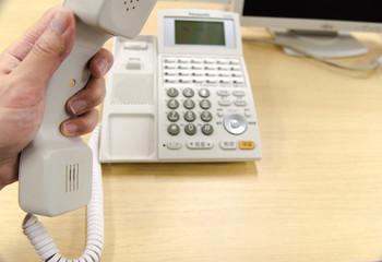 電話かけるイメージ