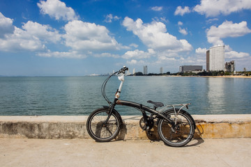 Черный велосипед на берегу моря