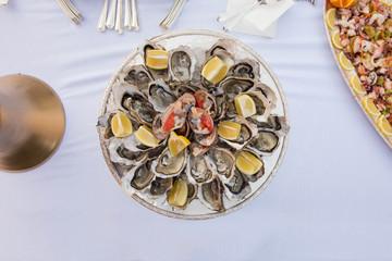 Ostriche e fasolari su piatto in silver inquadratura dall'alto