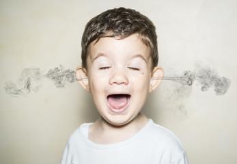 Niño echando humo por las orejas