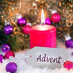 Pappschild Advent mit Kerze und Weihnachtsdekoration und Christbaumkugeln