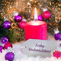 Pappschildchen mit Kerze und Christbaumkugeln, Weihnachtskarte