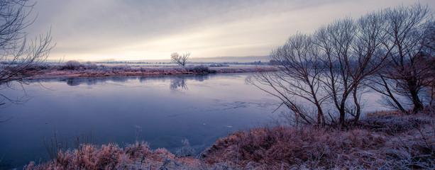 Вид на реку в холодный осенний день