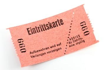 Eintrittskarte isoliert auf weißem Hintergrund