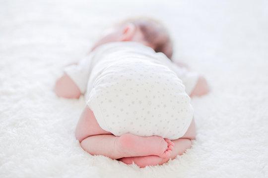 Pieds de bébé avec des fleurs