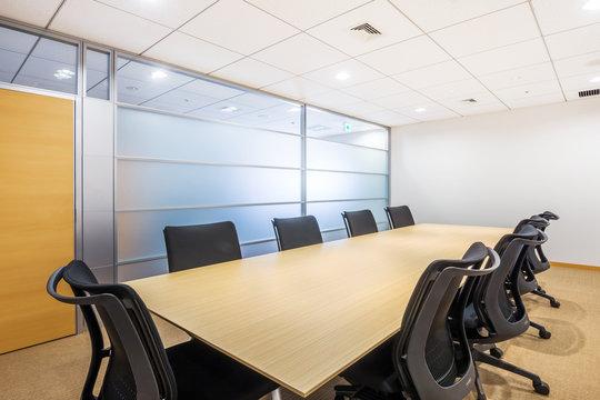 普通の会議室  Common desk and table
