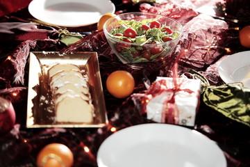 Świątecznie przystrojony stół wigilijny
