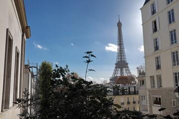 Tour Eiffel et immeubles, ciel bleu