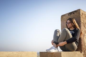Mirada llena de expresión y sentimiento. Chica española posando en las murallas de la ciudad. Adolescente en la Alcazaba.