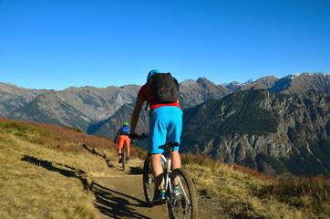 Abfahrt mit Mountainbike auf Bergweg