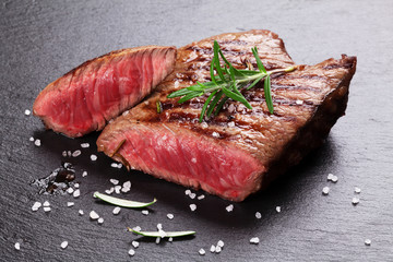 Photo sur Aluminium Steakhouse Grilled beef steak with rosemary, salt and pepper