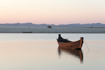 barque sur un fleuve au coucher de soleil