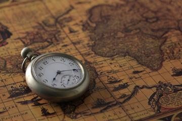 懐中時計と古地図