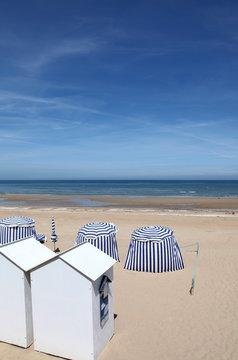 Cabines et parasols sur la plage de Cabourg.