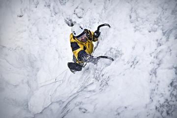 Foto auf Acrylglas Bergsteigen Eisklettern im Wasserfalleis 01