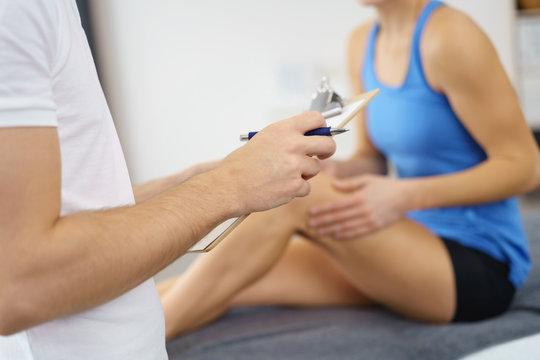 physiotherapeut im gespräch mit einer patientin