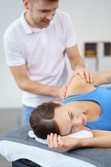 physiotherapeut behandelt eine patientin