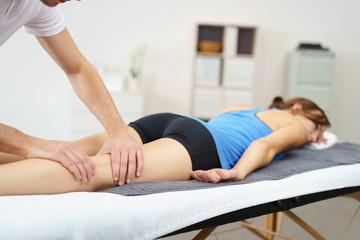 physiotherapeut untersucht eine patientin