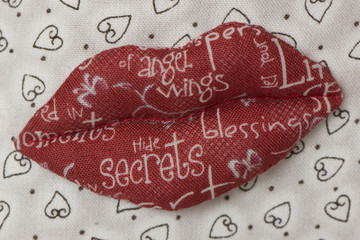 красные тканиевые губы