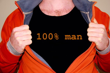 100% man geschrieben auf einem schwarzen T-shirt