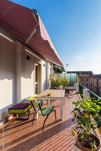 terrazzo con tramonto in una giornata estiva con tavolo divanetto immagini e fotografie. Black Bedroom Furniture Sets. Home Design Ideas