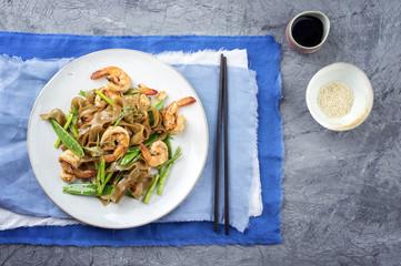 Garnelen mit Reisnudeln und Gemüse