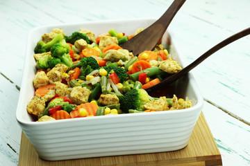 świeże warzywa gotowane na parze z kurczakiem smażonym z przyprawami