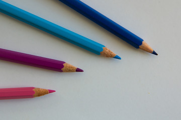 vier verschiedenfarbige Buntstifte
