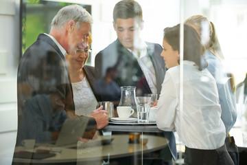 Geschäftsleute reden in einer Pause miteinander