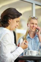 Geschäftsleute arbeiten an Tisch im Büro