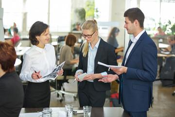 Geschäftsleute reden beim Business Meeting